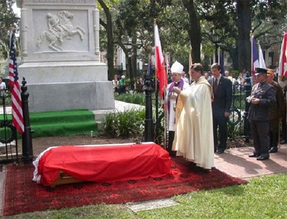 Trumna Kazimierza Pułaskiego przed pomnikiem w Savannah podczas uroczystości pogrzebowych w 2005 roku. Foto: Poles.org