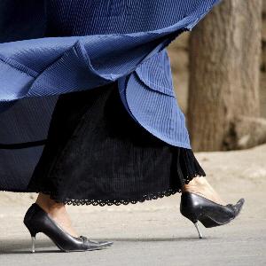 Kobiety kilkanaście centymetrów ponad chodnikam