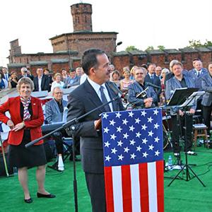 Ambasador USA w Polsce Stephan D. Mull podkreślił jak ważną placówką dla Amerykanów jest konsulat w Krakowie i jak dobrze Amerykanie czują się w Krakowie.