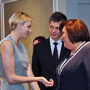 Pierwsza dama, Anna Komorowska w rozmowie z Księżniczką Charlene, księżną Monako, żoną księcia Alberta.