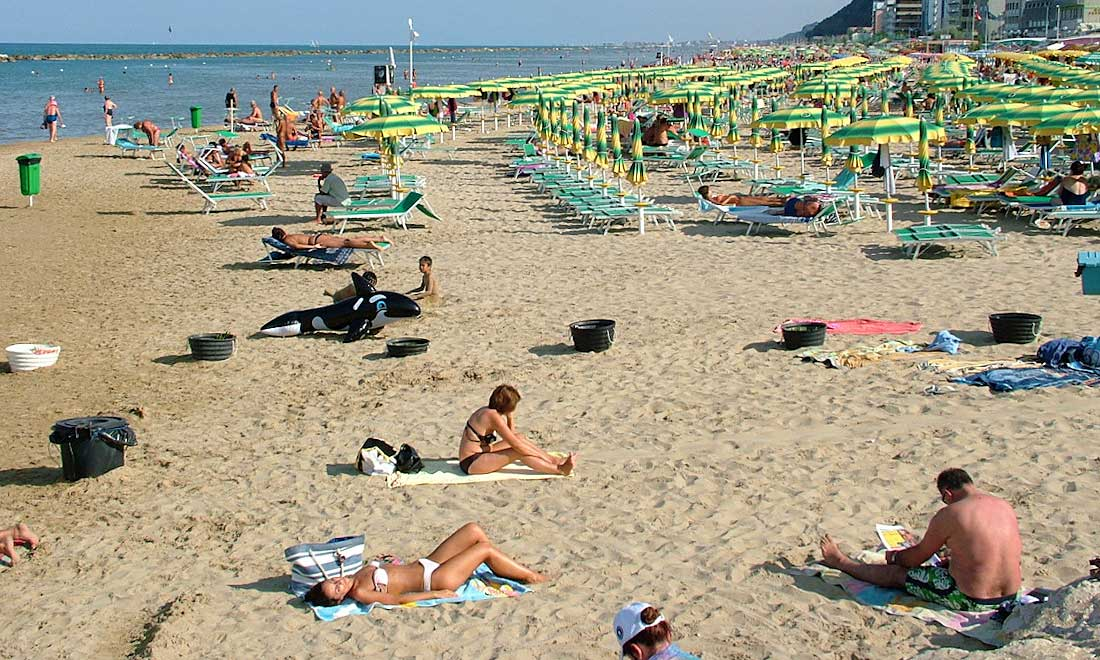 People take the sun and rest on the beach in Pesaro. Fot. Nandobianchi