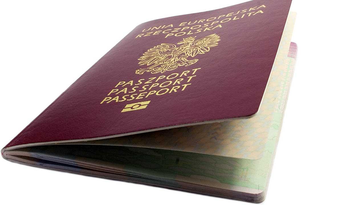 Dwa paszporty na wyjazd do Polski