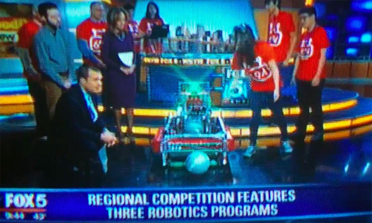 Fot. FOX5 Uczniowie polskiego pochodzenia w zwycięskiej drużynie Stuyvesant HS w zawodach robotów w Javits Center