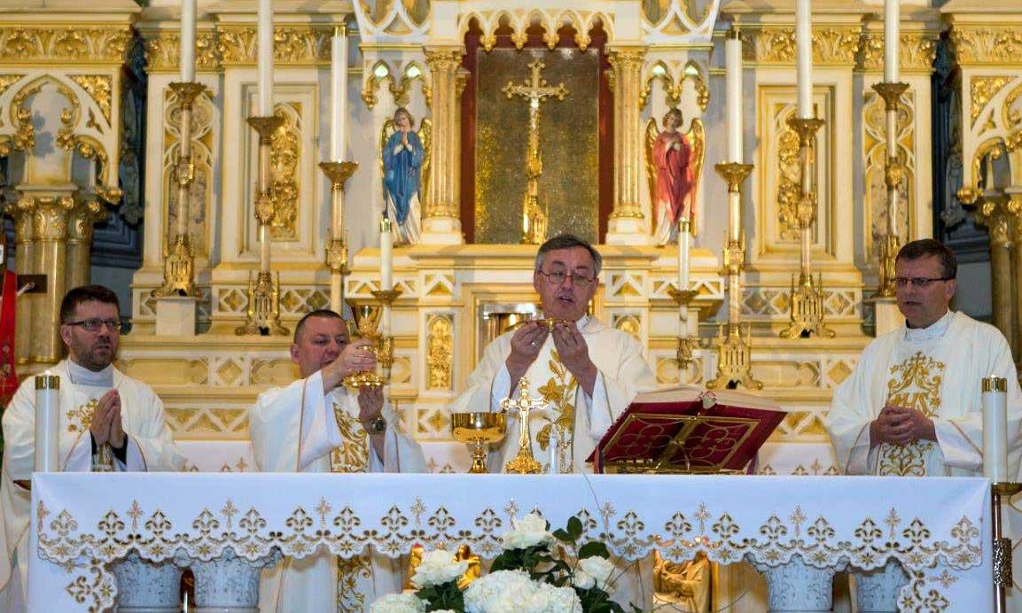 Przy ołtarzu stoją od lewej: ksiądz S. Chorągwicki, CM, ksiądz G. Markulak, CM, Proboszcz Marek Sobczak, CM oraz ksiądz R. Kopystyński, CM