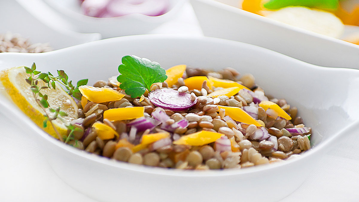 Przepis na fit sałatkę z soczewicy, papryki, pomidorów i marchwi z olejem