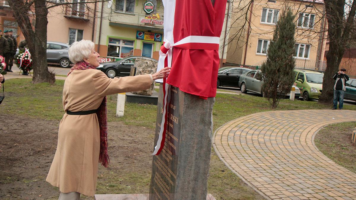 Dr Wiesława Kozielewska-Trzaska, bratanica i córka chrzestna bohatera odsłania monument. Foto: Dawid Kostecki