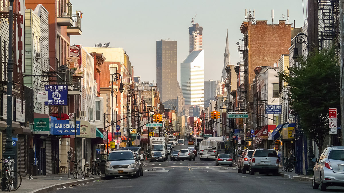 Brooklyn New York - Greenpoint's Manhattan Ave with Manhattan skyscrapers. Foto: Wit Gorski