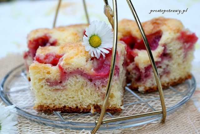 Przepis na tanie, szybkie ciasto z truskawkami