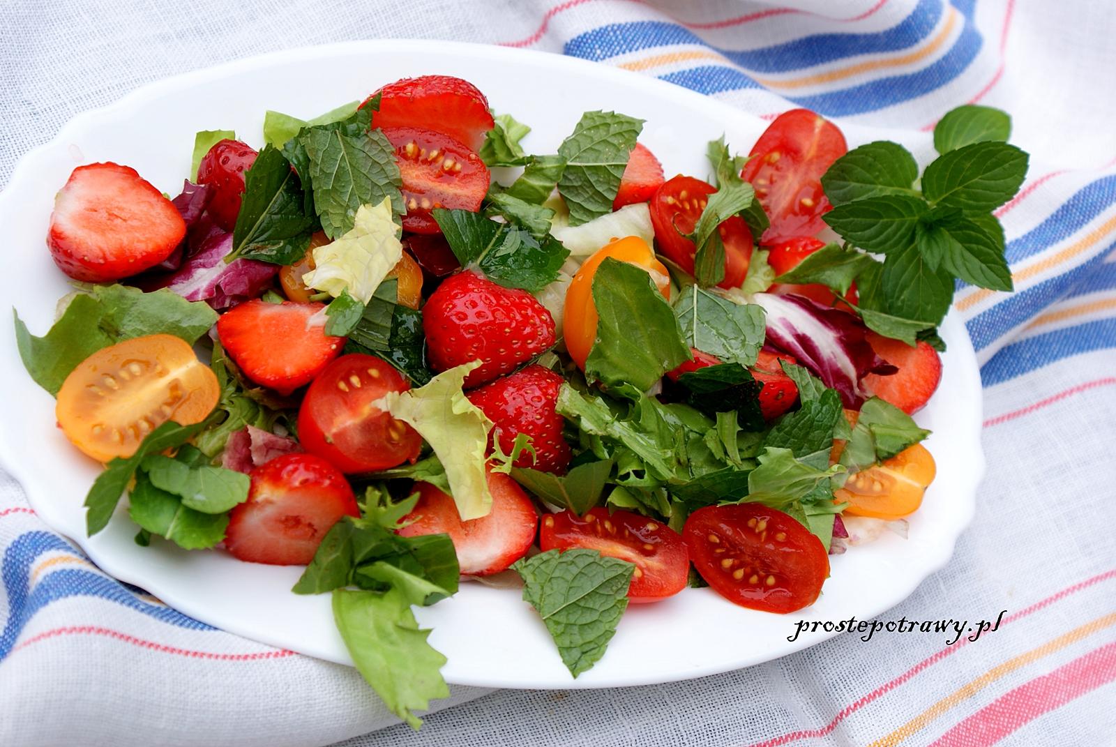 Smaczna i zdrowa sałatka z małych pomidorów i truskawek