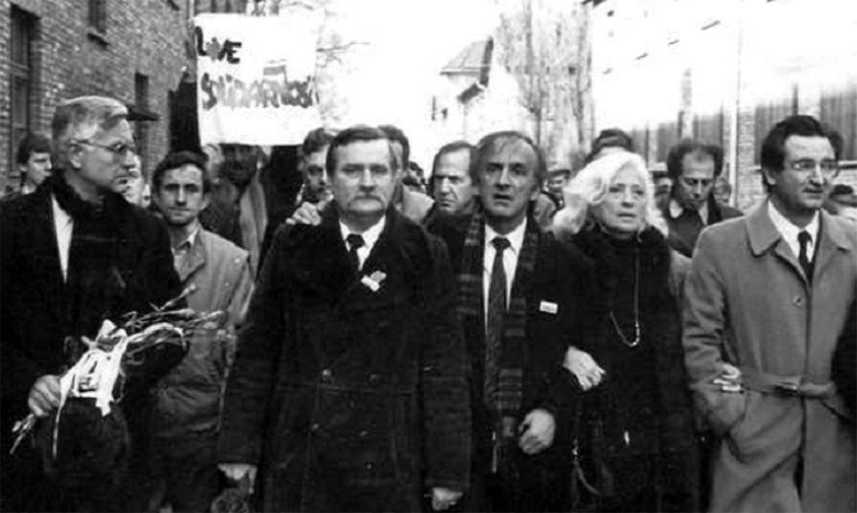 Nobliści z Lechem Wałęsą i Elie Wieselem wkraczają do obozu KL Auschwitz. Foto: Archiwum