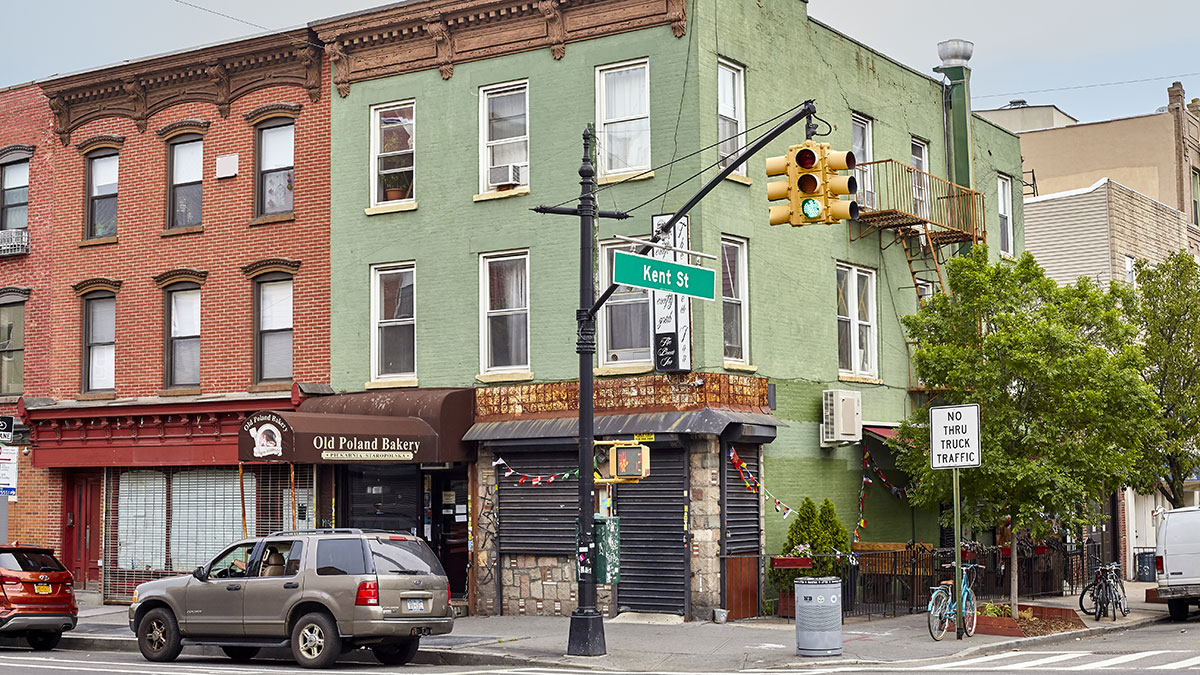 Kent Street in the Greenpoint neighborhood, also know as Little Poland, has a large Polish immigrant community with many Polish restaurants, markets and businesses. Foto: Maciej Bledowski