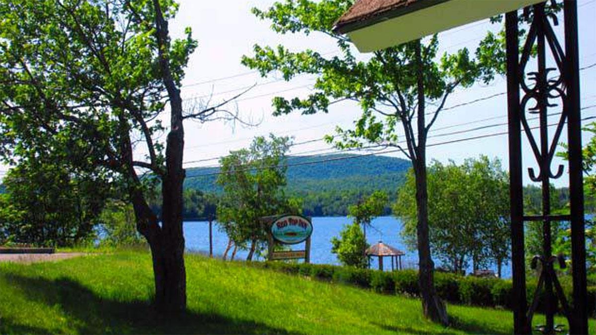 Odpoczynek w Red Top Inn nad jeziorem w górach Adirondack