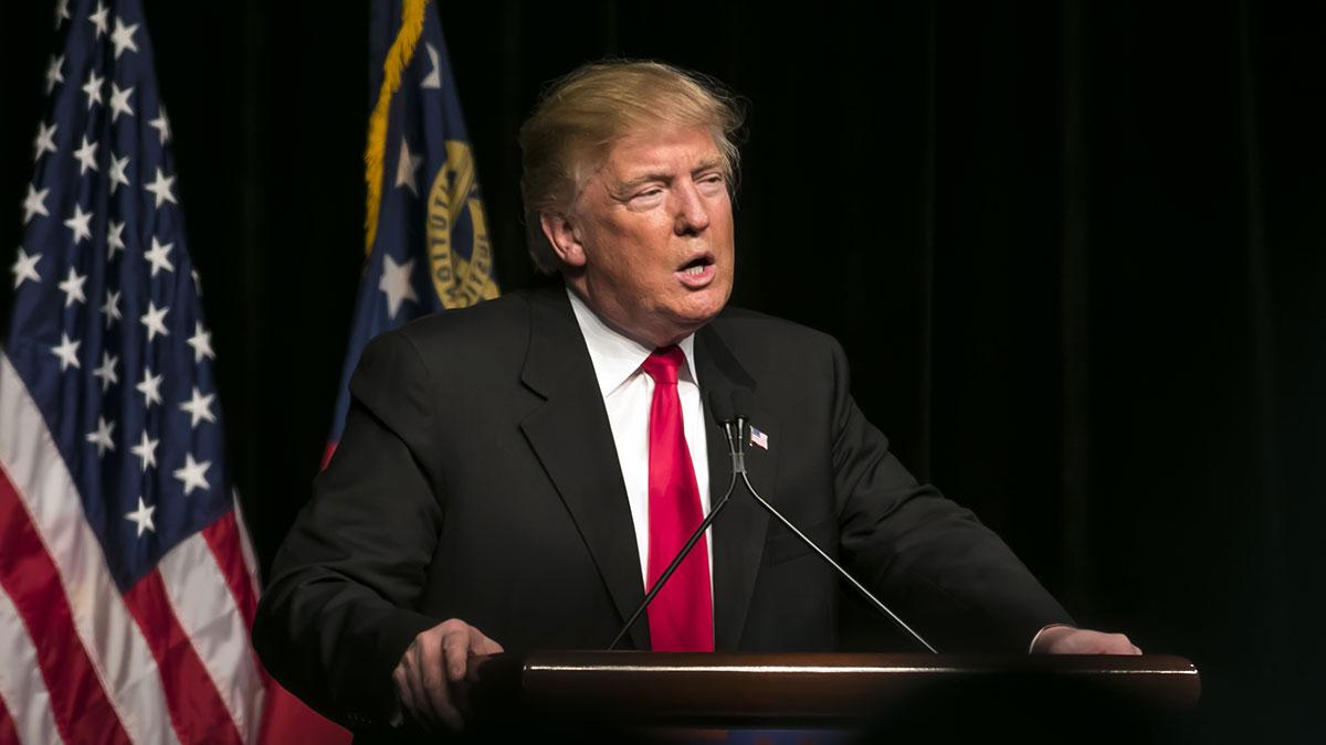 Trump na lotnisku, w drodze z pola golfowego w NJ do Waszyngtonu, przemówił...