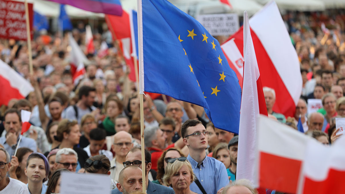 Cracow. Thousands of people protest against violation the constitutional law in Poland. Foto: W. Jarek
