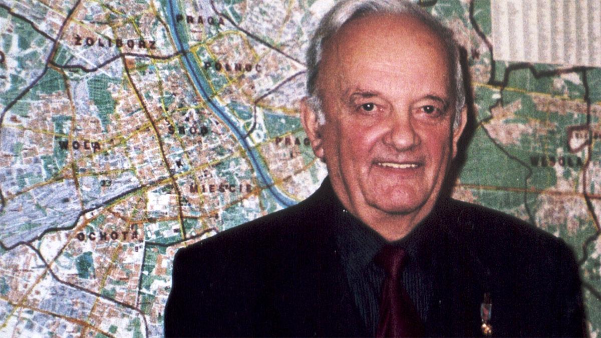 Mirosław Szypowski na tle mapy Warszawy. Foto: Archiwum
