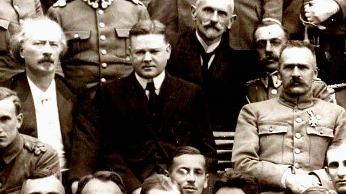 Herbert Hoover przed Belwederem z Ignacym Paderewskim i Józefem Piłsudskim w otoczeniu oficerów. Foto: Instytut Hoovera