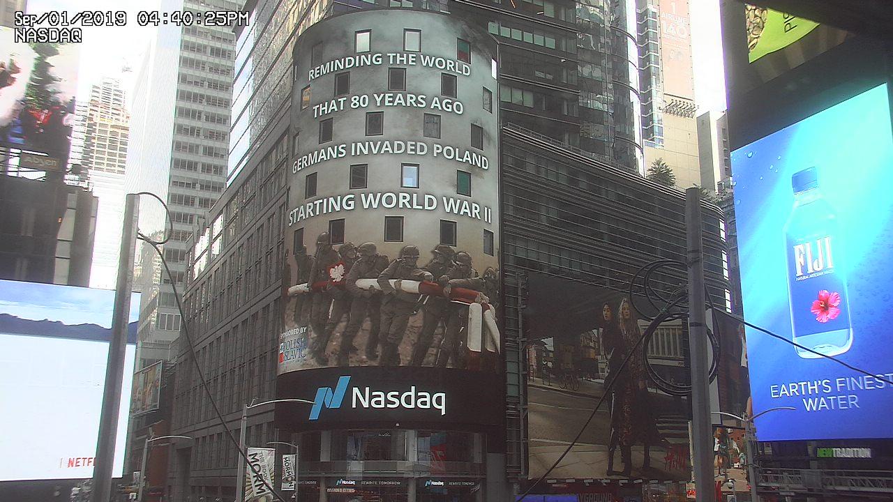 """Na Times Square w NYC """"Przypominamy światu: 80 lat temu Niemcy napadły na Polskę rozpoczynając II wojnę światową"""""""