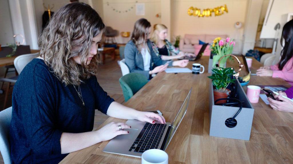 Utalentowani specjaliści IT kształcą się sami kiedy cała branża czeka na zdolnych fachowców [BADANIA]