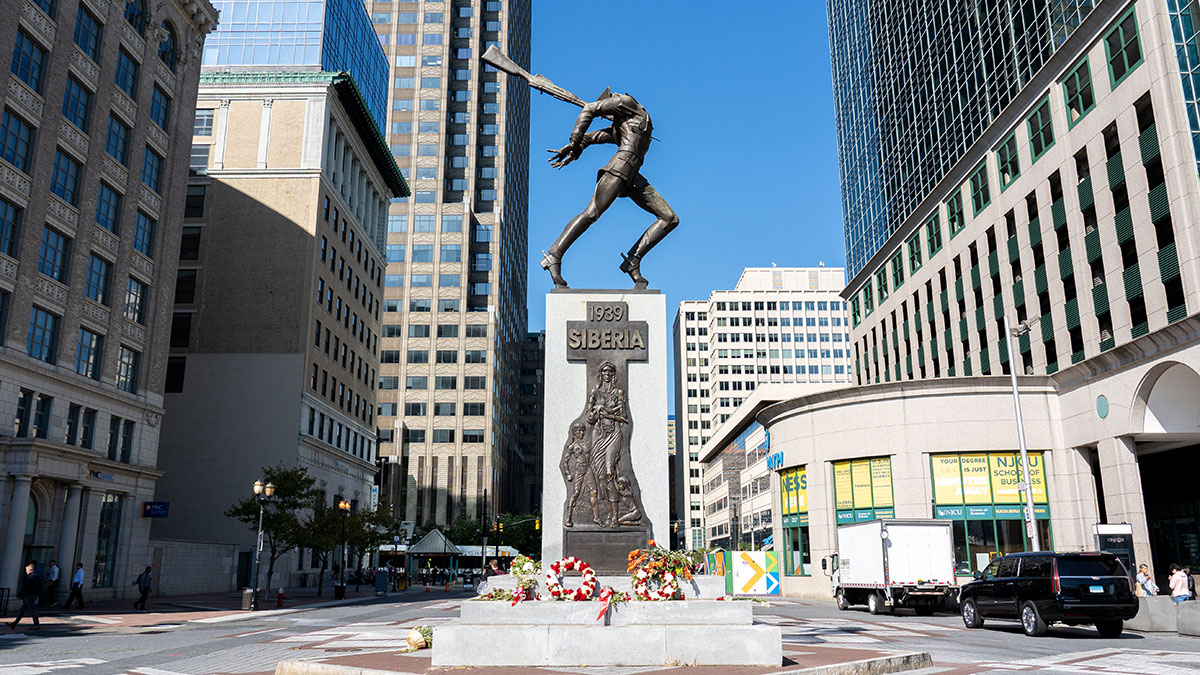 Jersey City, United States: The Katyn Memorial, which is dedicated to the victims of the Katyn massacre in 1940. Created by Polish-American sculptor Andrzej Pitynski in 1991. Foto Olli-0815