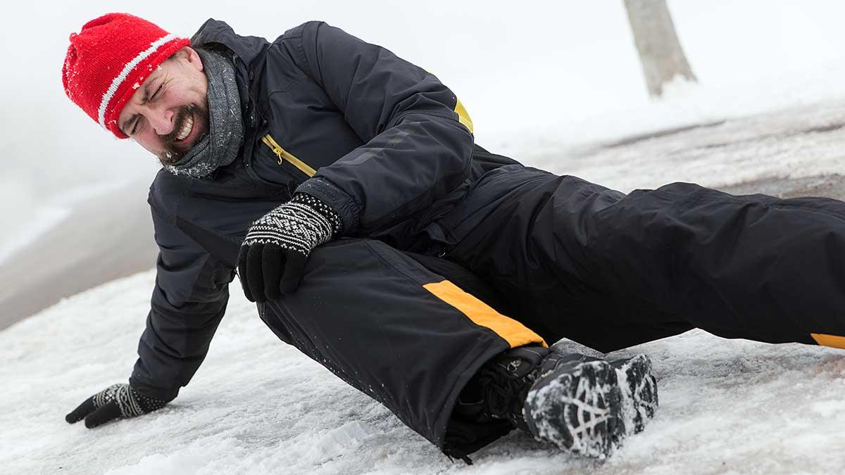Poślizgnięcie i niebezpieczny upadek zimą w Nowym Jorku