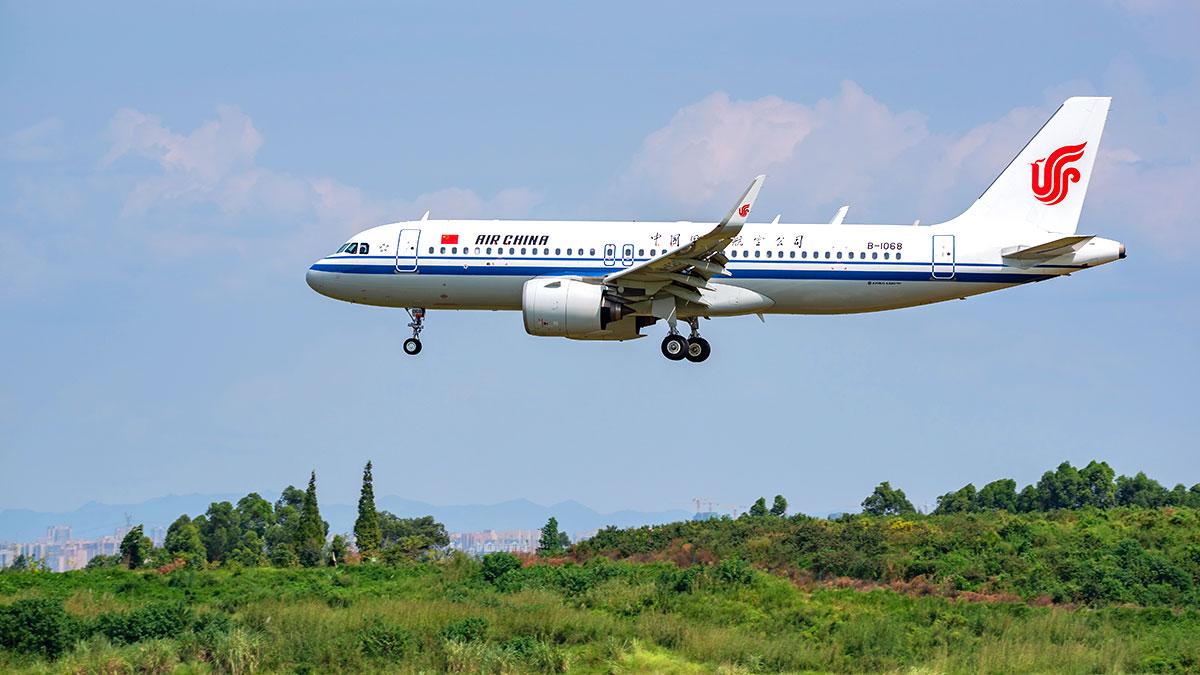 Czemu samoloty z Chin nadal lądują w Polsce?