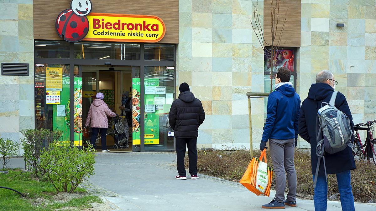 Polska wprowadza obowiązek zasłaniania ust i nosa, zmienia terminy matur...