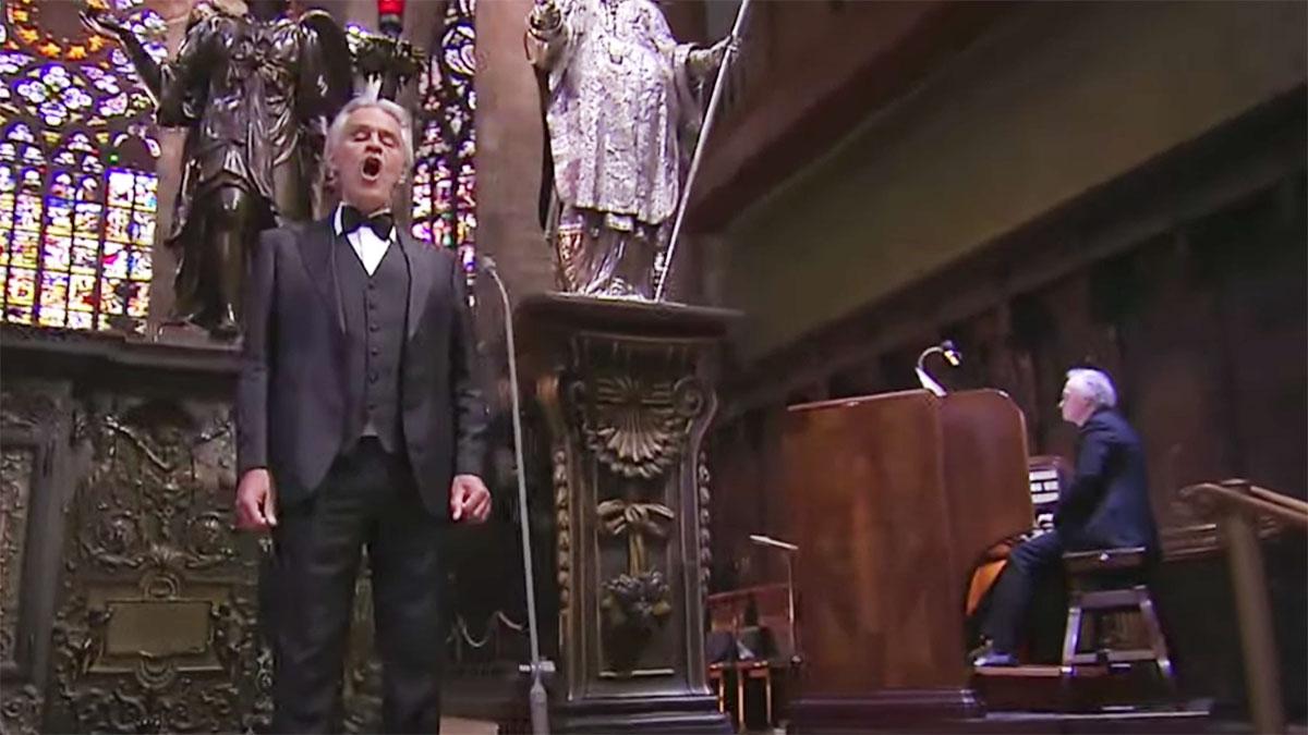 Andrea Bocelli śpiewem modli się za świat