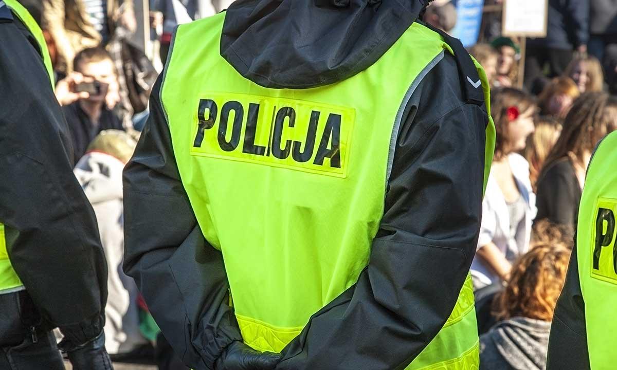Policja dostarcza maseczki