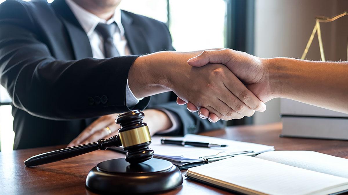 Sprawy prawne w Polsce i USA prowadzi adwokat Jerzy Sokół z Nowego Jorku