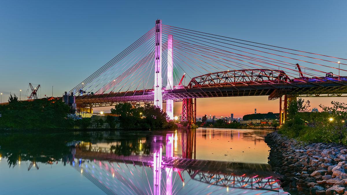Most Kościuszki w Nowym Jorku specjalnie podświetlony na cześć nowojorczyków walczących z koronawirusem