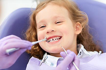 Polski dentysta Izabela Dodo przyjmuje na Forest Hills w Nowym Jorku