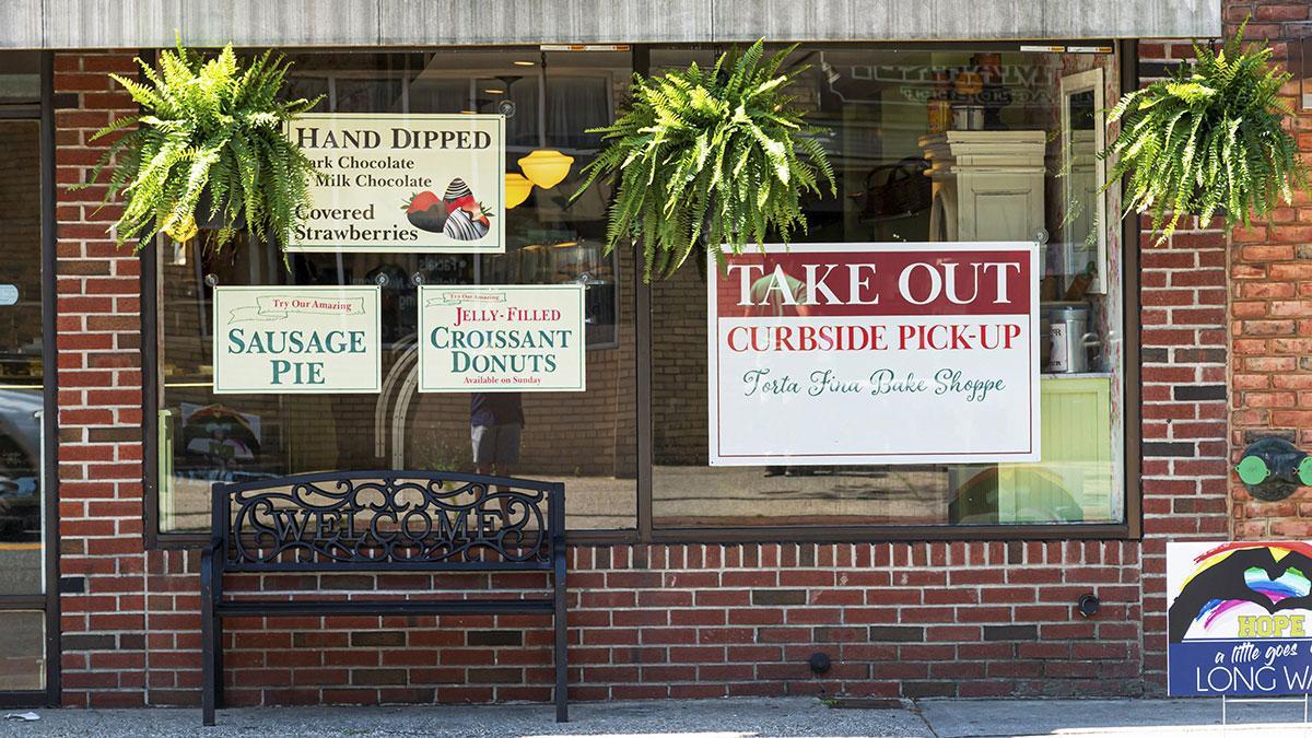 Od dzisiaj restauracje w Nowym Jorku mogą serwować posiłki wewnątrz lokali