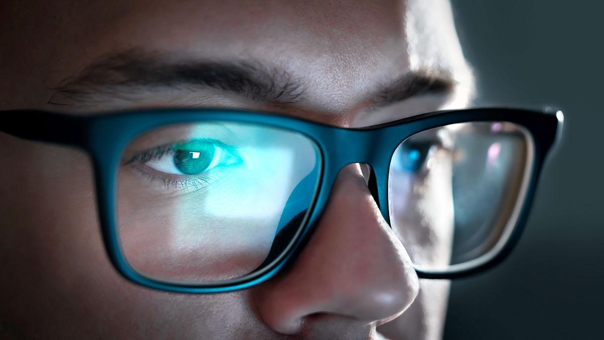 Okulary blokujące niebieskie światło z ekranu poprawiają sen i produktywność
