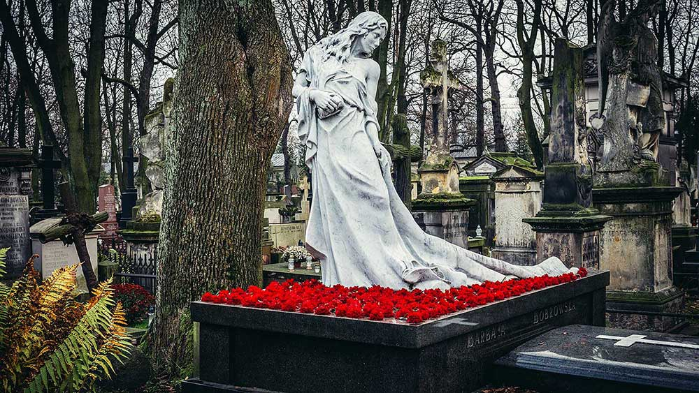 Polska zamyka cmentarze na święta