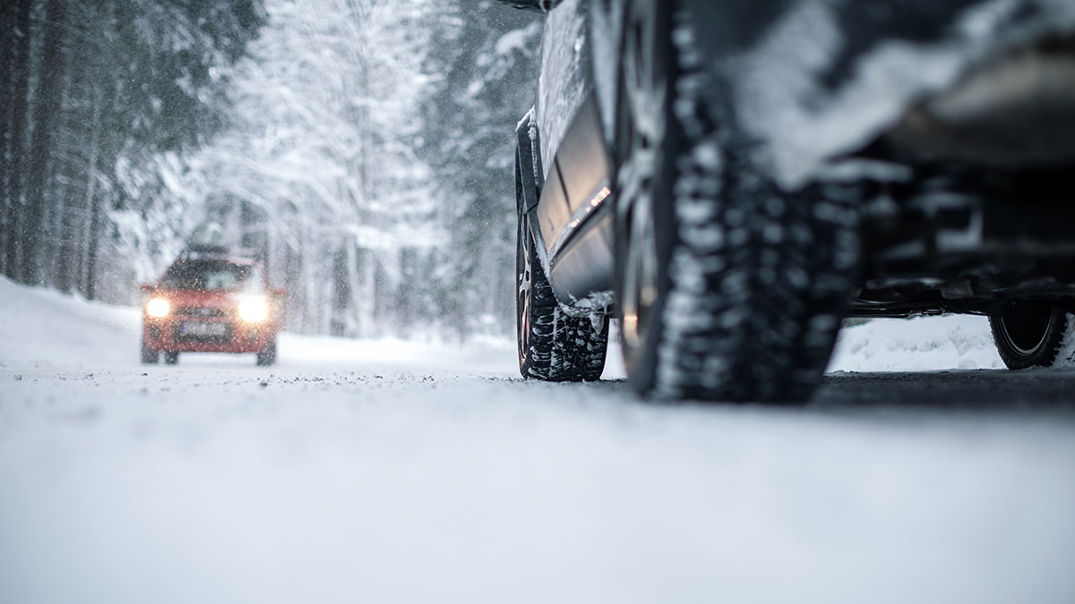 Jak jeździć zimą? Bezpieczna jazda samochodem w trudnych warunkach pogodowych