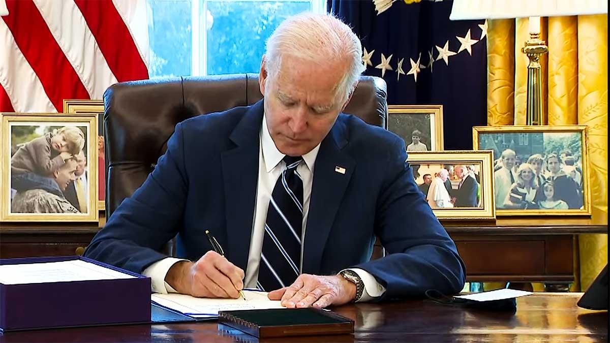 Joe Biden podpisał pakiet gospodarczy na czas koronawirusa