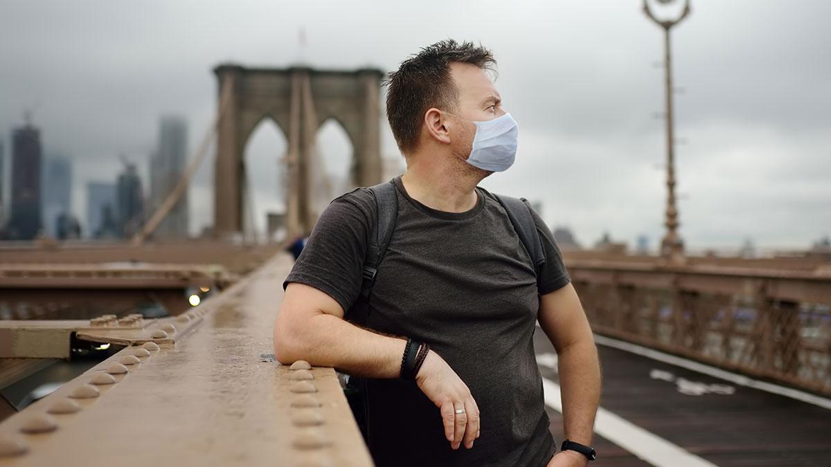 Według CDC osoby w pełni zaszczepione mogą chodzić bez masek w pomieszczeniach i na zewnątrz