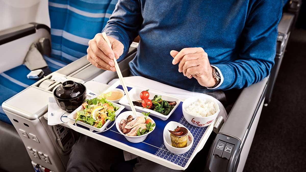 """LOT, dla pasażerów Economy Class, wprowadza nową usługę """"Zamów posiłek na pokład"""""""