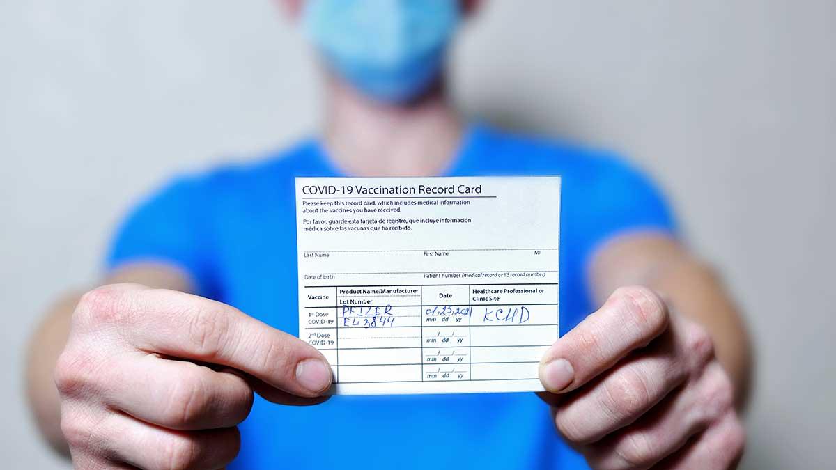 NYC będzie wymagać dowód szczepień lub cotygodnie testy na COVID-19 od pracowników miejskich placówek opieki zdrowotnej