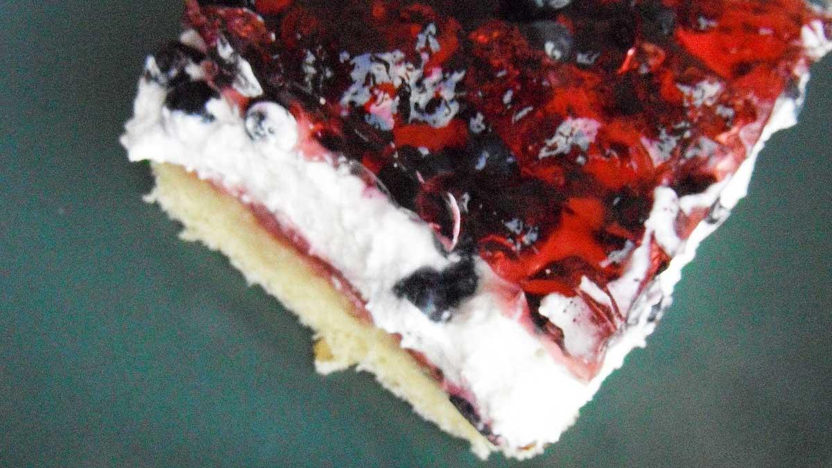 Przepis na ciasto biszkoptowe z galaretką i jagodami