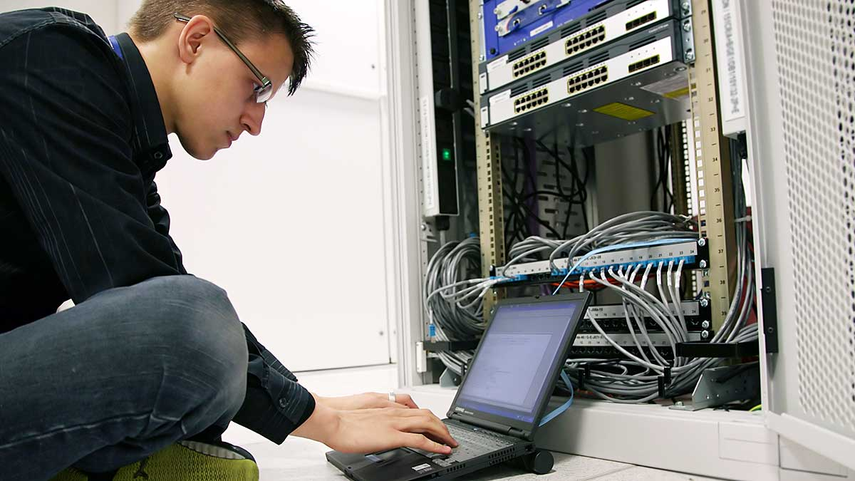 Miesięczne zarobki inżyniera branży IT sięgają już ponad 10 tys. zł
